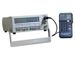 Hier sehen Sie das Kalibriergerät PCE-123 bei einer überprüfung   des Frequenzzählers PCE-FC-27