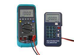 Kalibriergerät PCE-123 bei einer Spannungsprüfung.