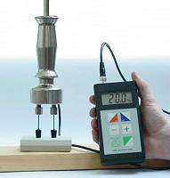 Baufeuchte - Messgerät FME bei der Eichprüfung am Eichblock