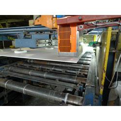Berührungsloses Schichtdickenmessgerät CoatMaster bei der Inline Prüfung von Nasslack auf Zementplatten