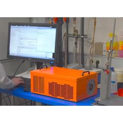 Berührungsloses Schichtdickenmessgerät CoatMaster bei der Messung im Labor