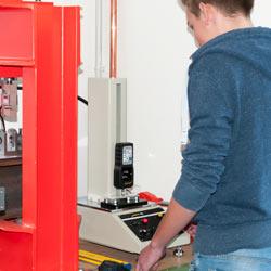 Uso del dinamómetro en un laboratorio