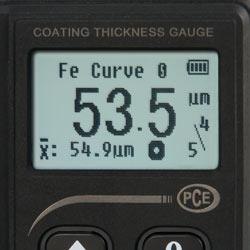 El medidor de recubrimiento PCE-CT 70 dispone de una pantalla LCD con iluminación de fondo.