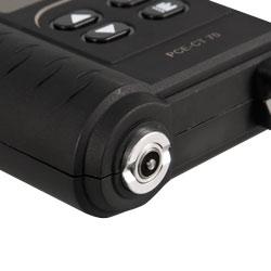 El medidor de recubrimiento PCE-CT 70 con sensor integrado para mediciones no destructivas.