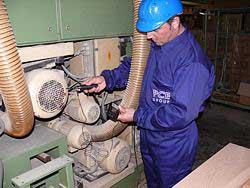 Techniker P. Philipp im Einsatz mit dem Schwingungsmesser an einer Maschine